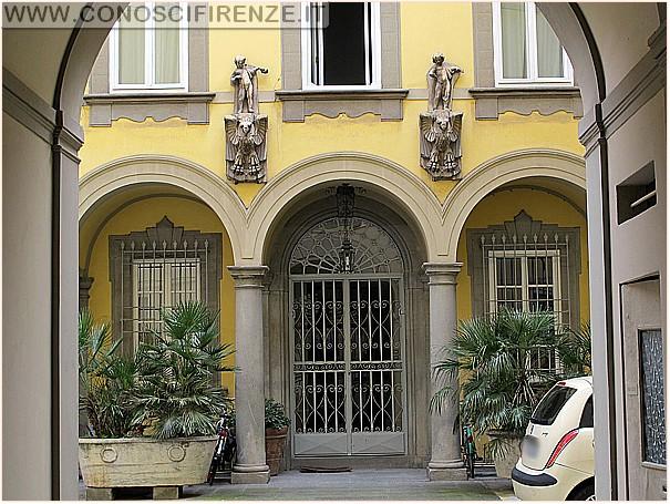 Alhambra_Resti_nel_cortile_palazzina_Grottanelli