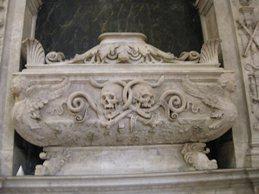 Chiesa di Santa Maria in Campo, in Via del Proconsolo a Firenze, nascosta dal gradino dell'altare, contenente le ceneri di San Giulio, che Urbano VIII nel 1643 regalò a Lorenzo Della Robbia, vescovo di Fiesole