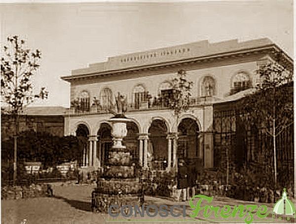 Esposizione Nazionale Italiana del 1861 facciata posteriore del palazzo dell'Esposizione. Due uomini passeggiano nel giardino