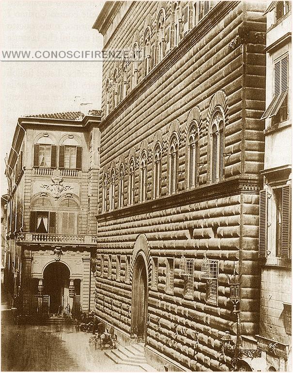 Il palazzo prima delle demolizioni, con la loggia ancora davanti a Palazzo Strozzi