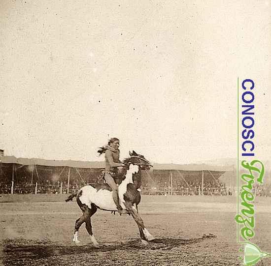 Un indiano su un cavallo pezzato, durante lo spettacolo western West Wild Show di Buffalo Bill