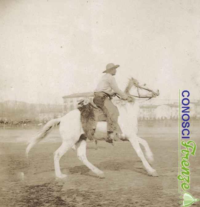 Un cow-boy a cavallo durante lo spettacolo western West Wild Show di Buffalo Bill