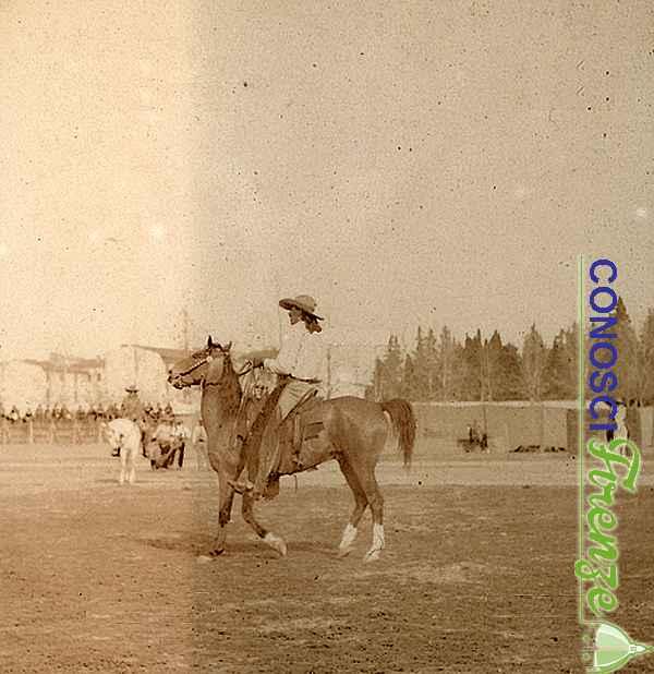 Uomo a cavallo durante una scena dello spettacolo western Wild West Show di Buffalo Bill