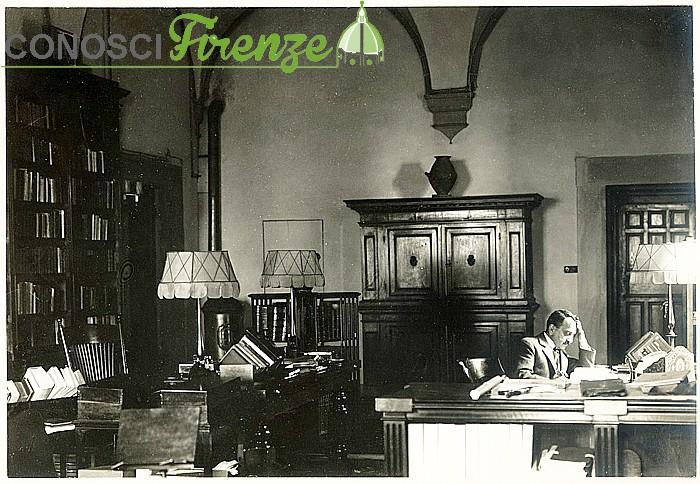 Gabriele D'Annunzio nel suo studio