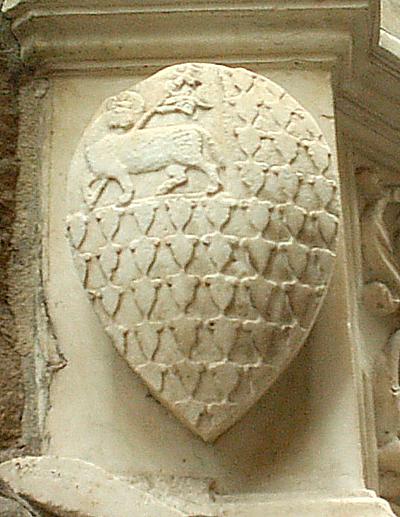 Agnello mistico con la croce del popolo e la tipica pelliccia di vaio