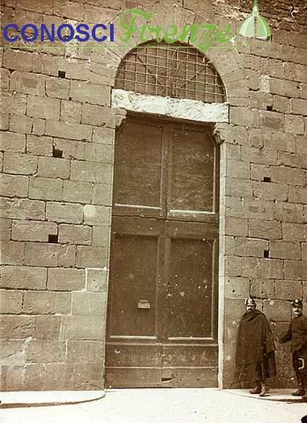 Piazza San Biagio, porta dell'arsenale dei pompieri prima del rinnovo dell'arsenale, Firenze, 02 02 1914