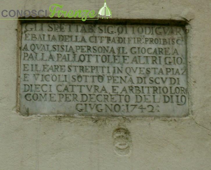 Una delle lapidi col divieto del gioco (1742 piazza del Giglio)